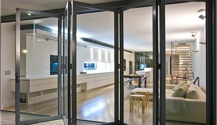 Двери делают из прочных материалов