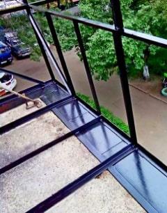 vyinos-balkona-po-polu
